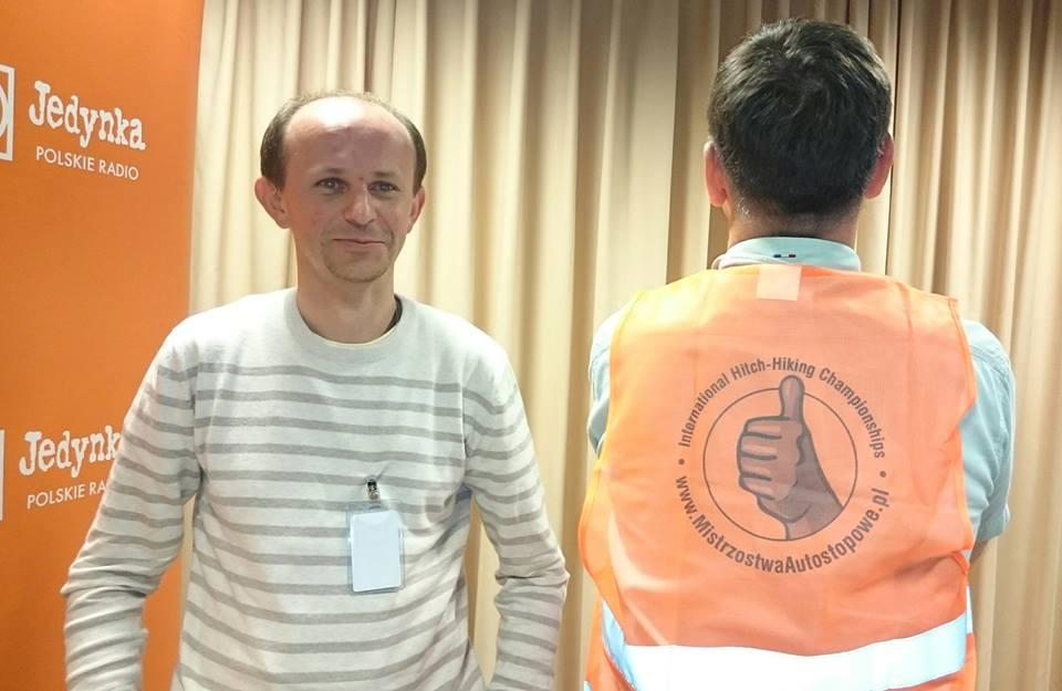 Michał Witkiewicz i Roman Czejarek (tyłem) ze specjalną koszulką na plecach