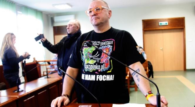Jerzy Owsiak na sali Sądu Rejonowego w Złotoryi, gdzie rozpoczął się proces z prywatnego oskarżenia Owsiaka przeciwko blogerowi