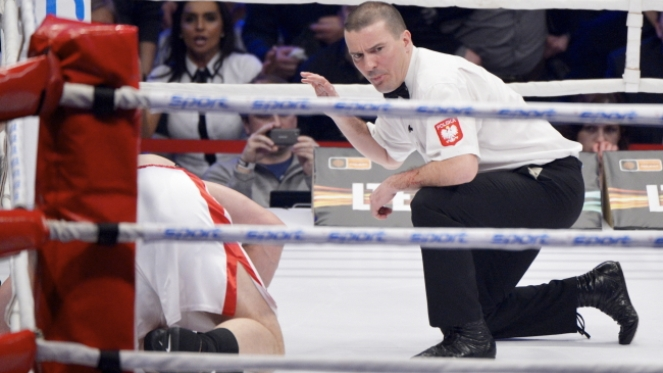 Andrzej Gołota (L) liczony przez sędziego w pojedynku z Przemysławem Saletą. Saleta wygrał przez nokaut w szóstej rundzie.