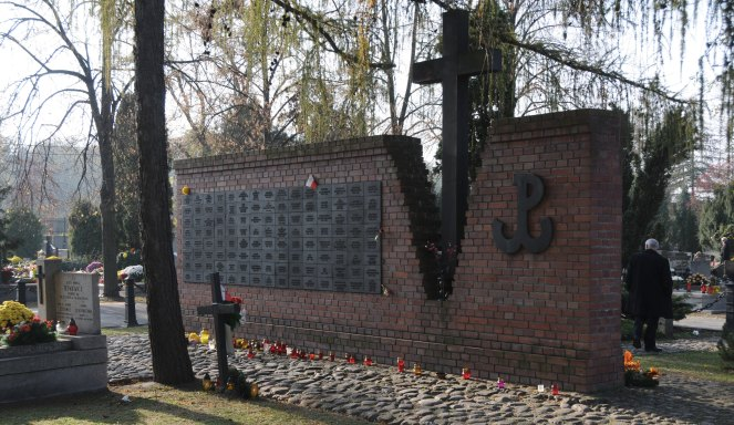 """Kwatera """"Na Łączce"""" Cmentarza Wojskowego w Warszawie, foto: Wikipedia/Zlisiecki"""