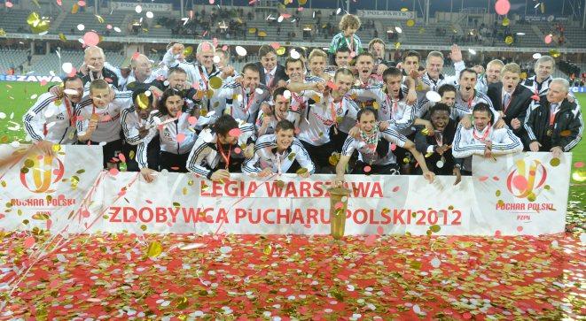 Gracze Legii Warszawa z trofeum fetują zdobycie piłkarskiego Pucharu Polski po pokonaniu Ruchu Chorzów 3:0 w finałowym meczu rozgrywek w Kielcach
