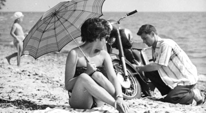 Wczasowicze na plaży nad Morzem Bałtyckim.