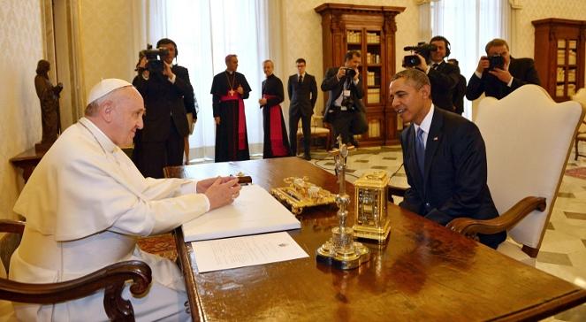 Papież Franciszek rozmawia z prezydentem Barackiem Obamą