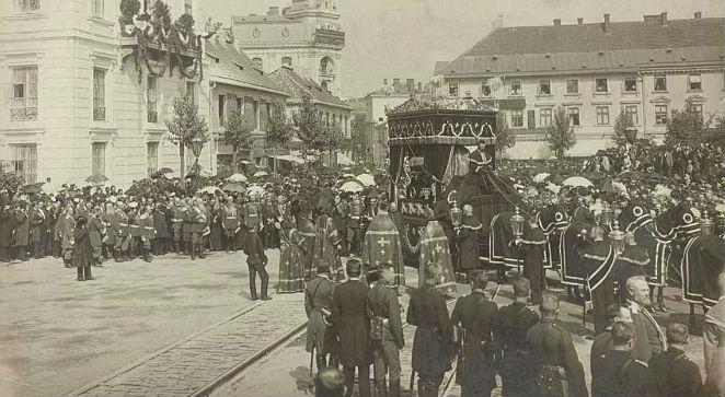 Pogrzeb Sokratesa Starynkiewicza. Plac Teatralny w Warszawie 26 sierpnia 1902, źr. Mazowiecka Biblioteka Cyfrowa, Wikimedia/dp