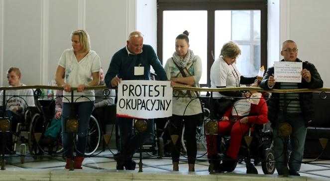 Rodzice i opiekunowie niepełnosprawnych dzieci prowadzą protest okupacyjny w Sejmie