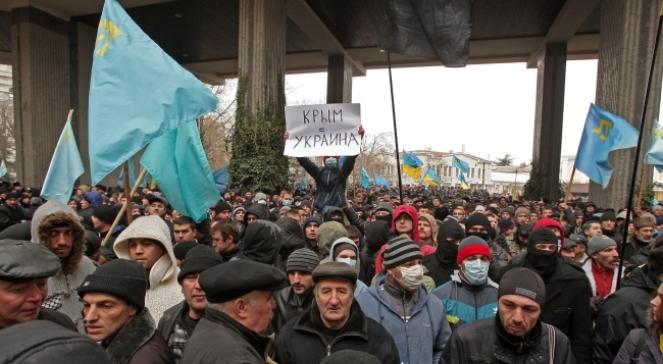 Środowa demonstracja Tatarów krymskich przed miejscowym parlamentem, przeciwko oderwaniu półwyspu od Ukrainy