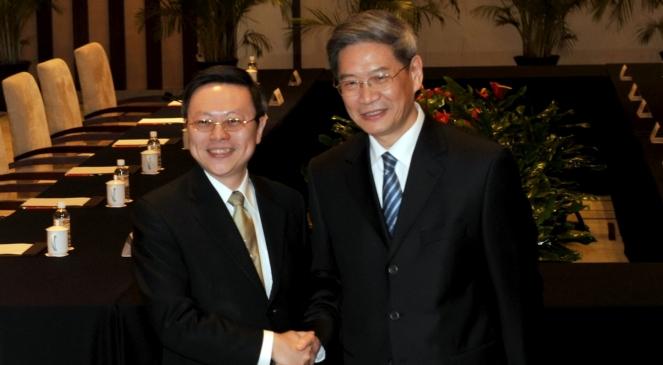 Przedstawiciel Tajwanu Wang Yu-chi (L) i Chin komunistycznych Zhang Zhijun, podczas rozmów w Nankinie