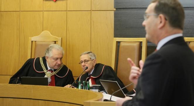 Prezes TK Andrzej Rzepliński (L), Sędzia TK Marek Kotlinowski (C) i poseł PSL Eugeniusz Kłopotek (P), podczas rozprawy przed Trybunałem Konstytucyjnym, dotyczącej uzyskania prawa do emerytury bez rozwiązania stosunku pracy